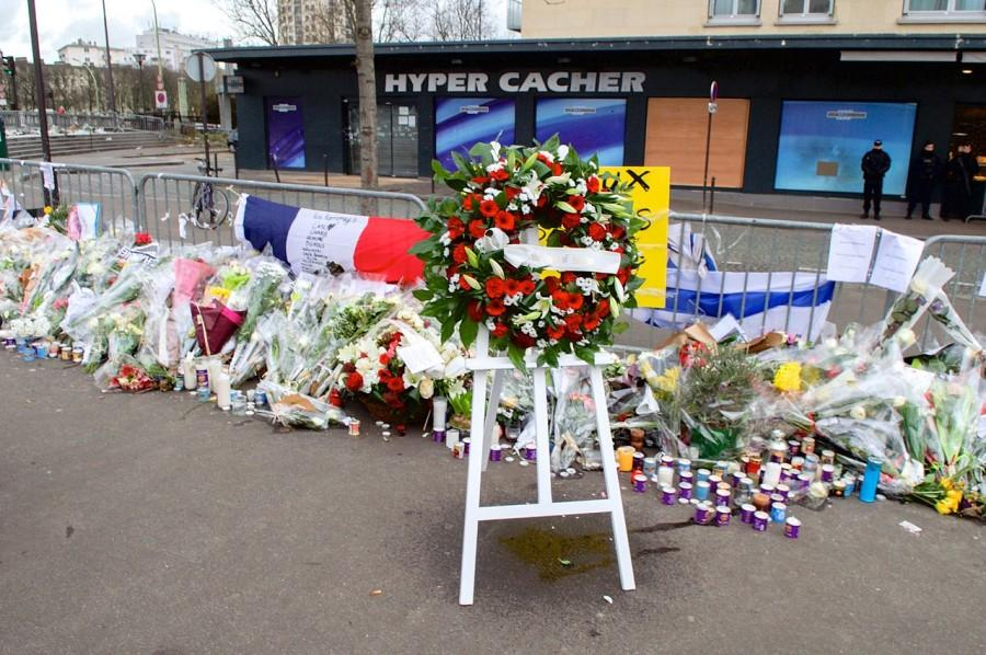 Flowers+and+wreaths+line+the+streets+of+Paris+in+the+days+after+the+terrorist+attack